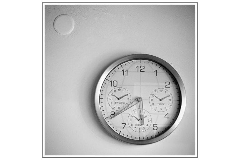 Najważniejsze atuty zegarów z logo firmowym