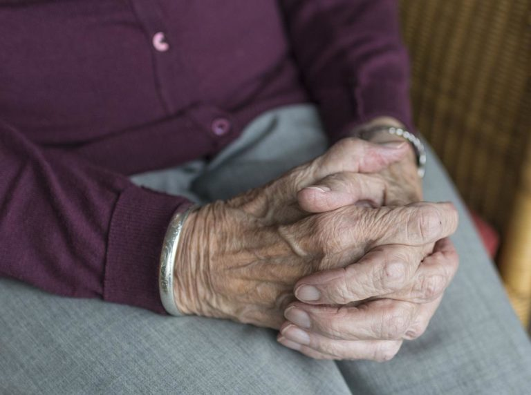 Gdzie powinni trafić starsi ludzie z naszej rodziny?